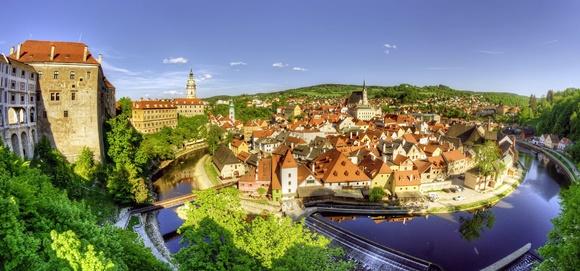 Vista de cima da cidade com rio passando no meio e casinhas ao fundo Blog Vem Por Aqui