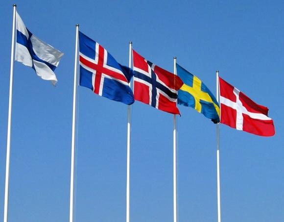 Bandeiras dos cinco países nórdicos, da esquerda para direita: Finlândia, Islândia, Noruega, Suécia e Dinamarca Blog Vem Por Aqui