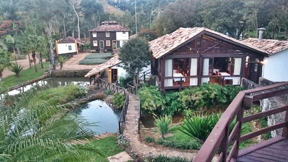 Vista do alto do terreno. Restaurante à frente, quartos do paiol ao fundo e lagoa ao lado do restaurante Blog Vem Por Aqui