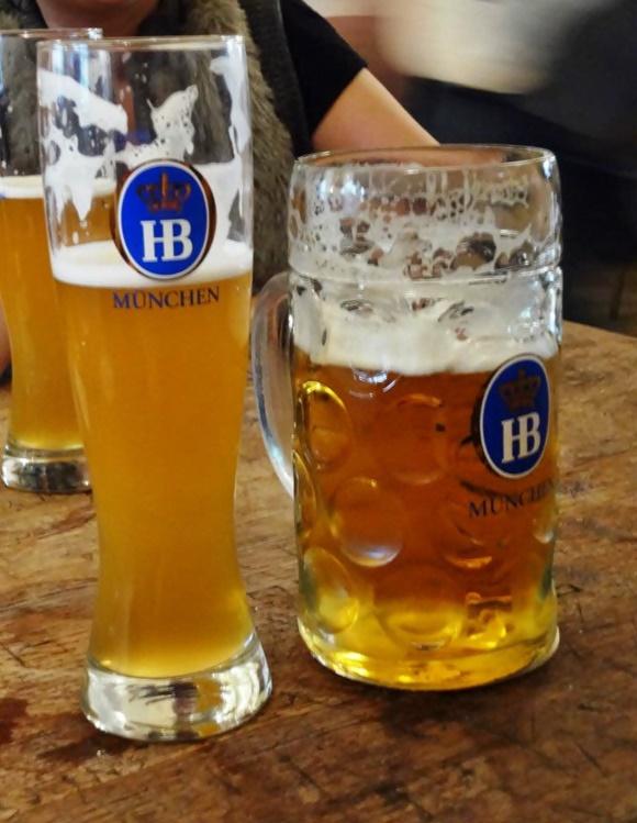 Tulipa e caneca com cervejas e a marca do lugar em azul e branco Blog Vem Por Aqui