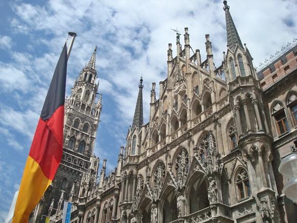 Sede antiga da prefeitura com bandeira da Alemanha à frente Blog Vem Por Aqui