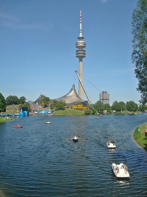 Lago com estrutura de metal do parque e torre da antena ao fundo blog Vem Por Aqui