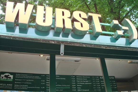 Placa escrita Wurst em cima de uma barraquinha de rua Blog Vem Por Aqui