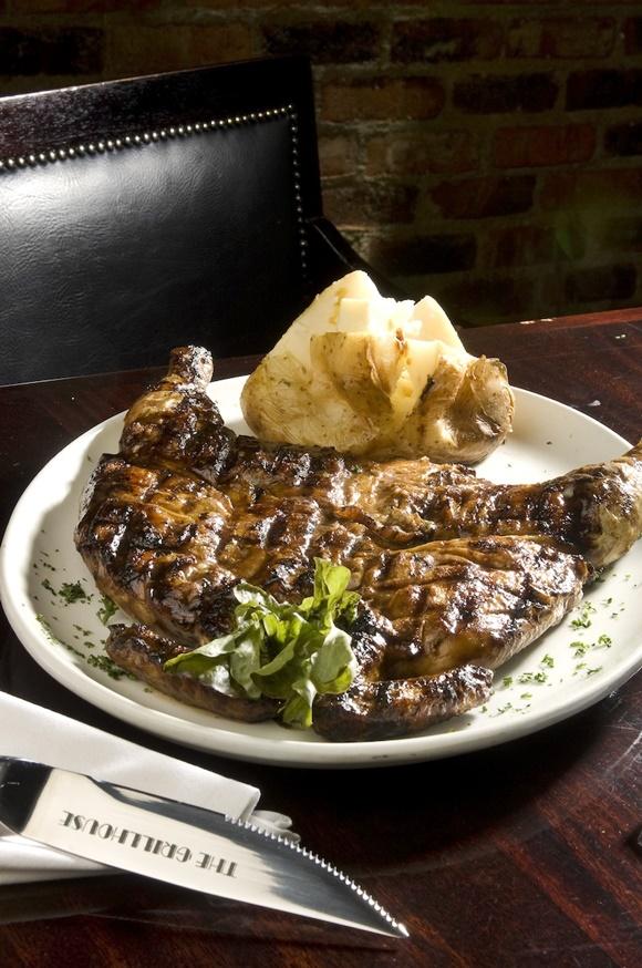 Prato do Grill House com grande bife e batata Blog Vem Por Aqui
