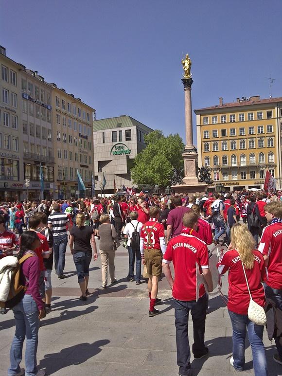 Turistas com camisa do Bayern passeando no centro com prédios ao fundo blog Vem Por Aqui