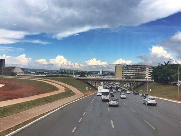 Carros passando em avenida larga Blog Vem Por Aqui