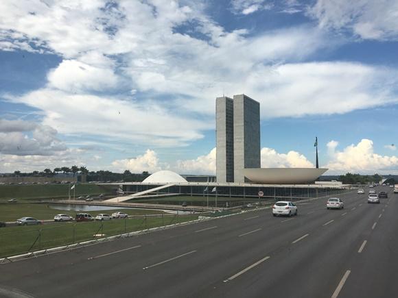 Congresso Nacional com avenida do lado direito e carros passando Blog Vem Por Aqui