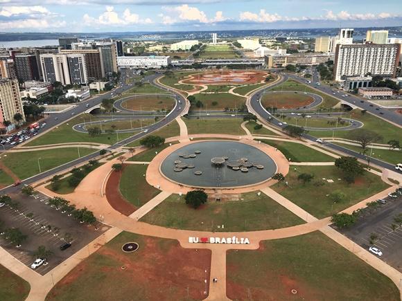 Vista panorâmica da cidade com Eu Amo Brasília na frente Blog Vem Por Aqui