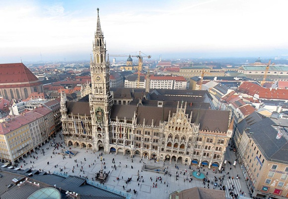Marienplatz vista do alto com prédio da torre no centro e algumas pessoas andando em frente Blog Vem Por Aqui