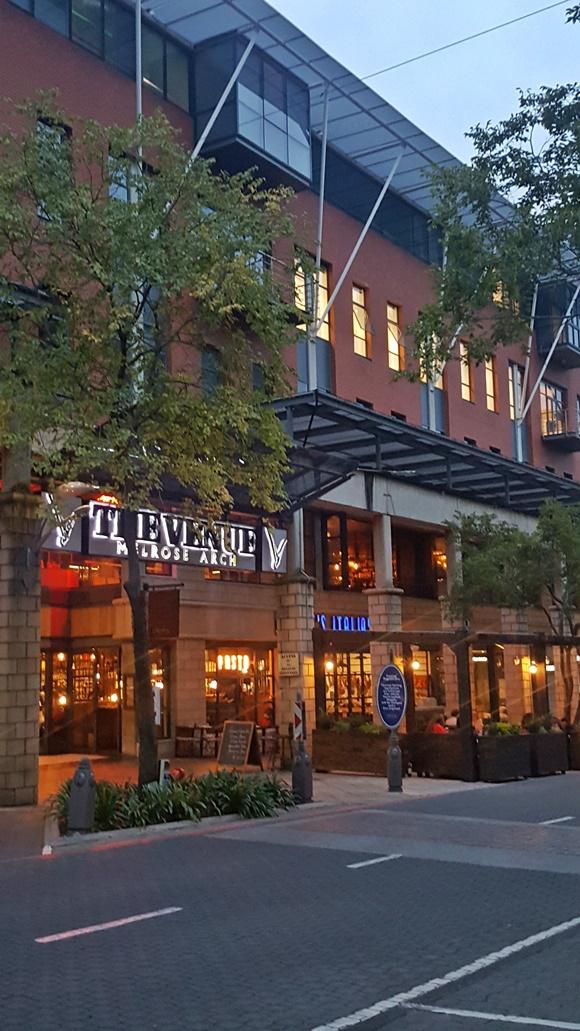 Fachada de restaurante do complexo com letreiro luminoso Blog Vem Por Aqui