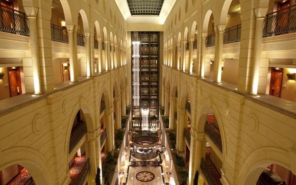 Corredor interno do hotel visto do alto Blog Vem Por Aqui