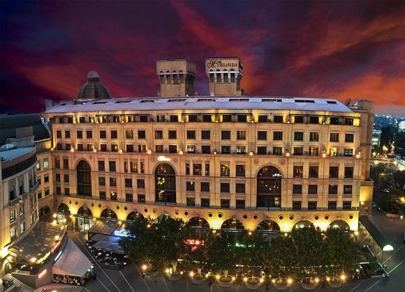 Hotel visto do alto, prédio largo cheio de janelas com duas torres em cima Blog Vem Por Aqui