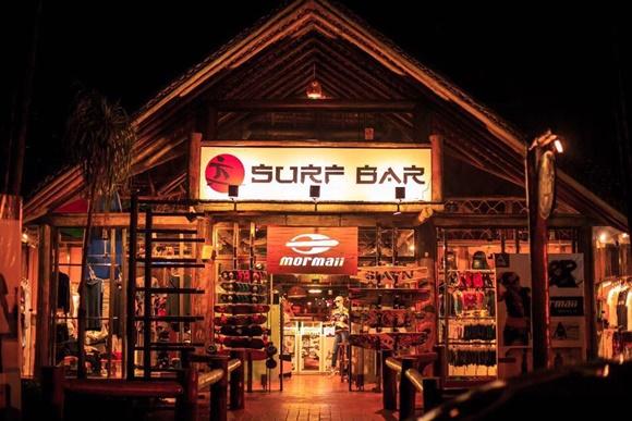 Fachada do Mormaii com placa grande escrita Surf Bar Blog Vem Por Aqui