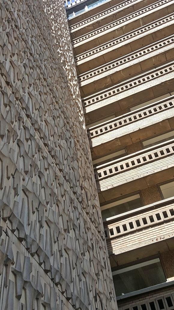 Fachada com parede lateral com texturas e sacadas com tijolinhos de concreto Blog Vem Por Aqui