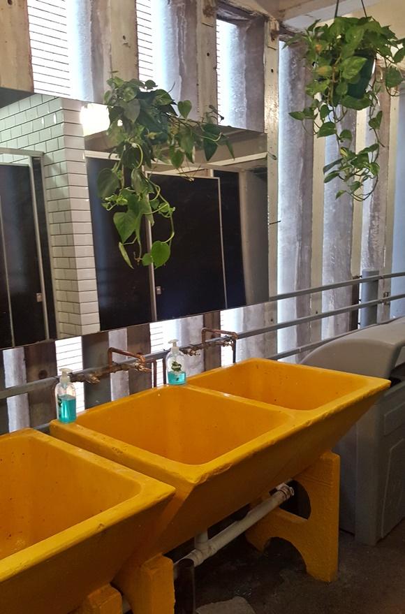 Pias amarelas do banheiro Blog Vem Por Aqui