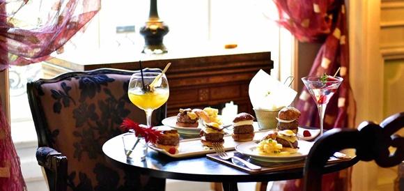 Mesa com drinks e mini-hambúrgueres Blog Vem Por Aqui
