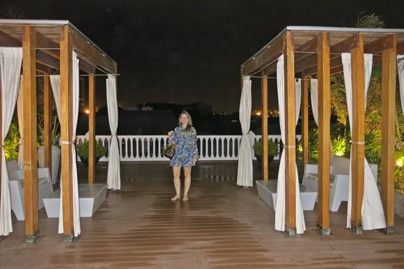 Sana no terraço do hotel à noite Blog Vem Por Aqui
