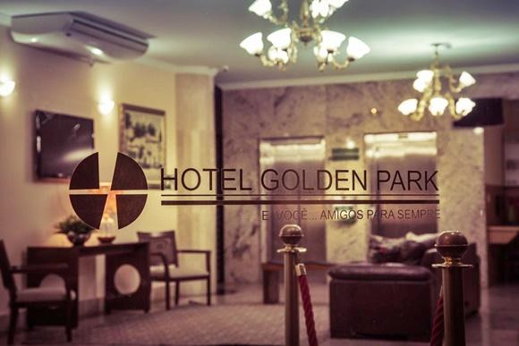 Porta de vidro com adesivo escrito Hotel Golden Park e abaixo, a frase, E você...Amigos Para Sempre Blog Vem Por Aqui