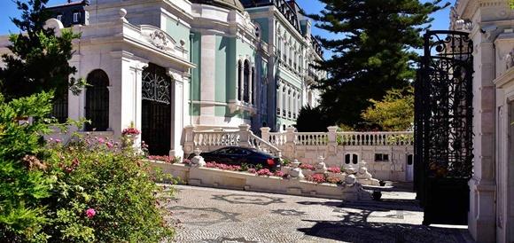 Vista da entrada do hotel com carro parado na subida da rampa que leva à recepção Blog Vem Por Aqui
