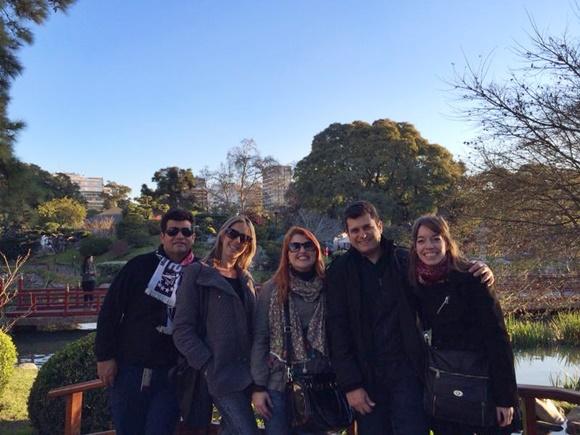 Érika e o marido no meio, com um casal de amigos na ponta e a amiga argentina na outra Blog Vem Por Aqui