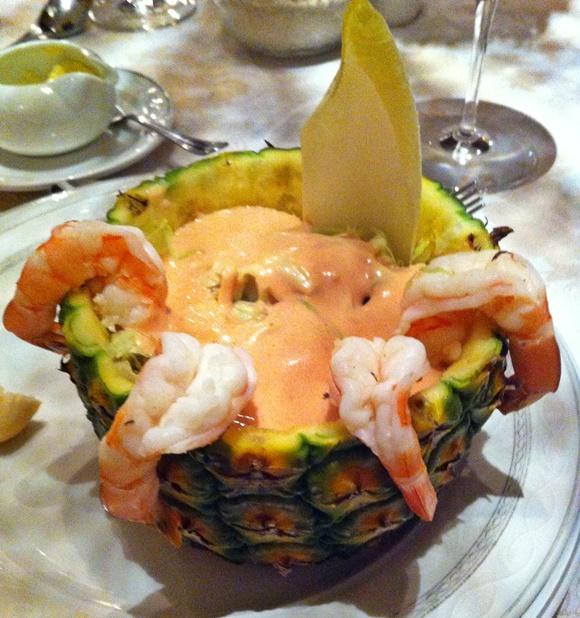 Abacaxi com coquetel de camarão dentro e quatro camarões grandes saindo da fruta Blog Vem Por Aqui