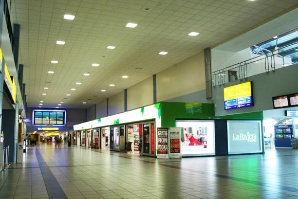 Corredor do aeroporto com lojas nas laterais