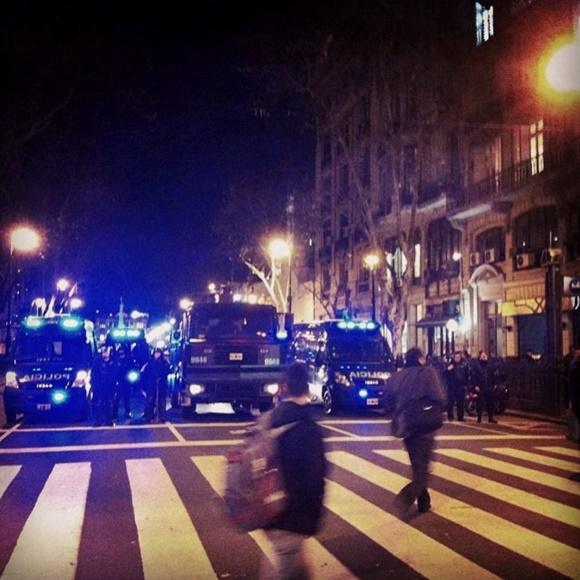 Carros de polícia em frente a uma faixa de pedestres na rua Blog Vem Por Aqui