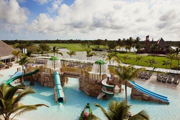 Área infantil do parque com piscinas com tobogãs e ponte Blog Vem Por Aqui