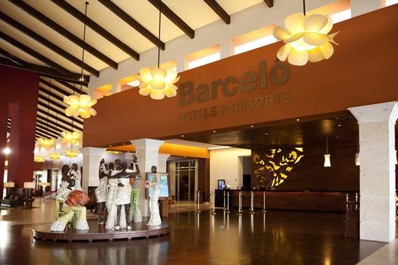 Recepção do Barcelo com esculturas em formato de pessoas dançando e letreiro grande acima Blog Vem Por Aqui