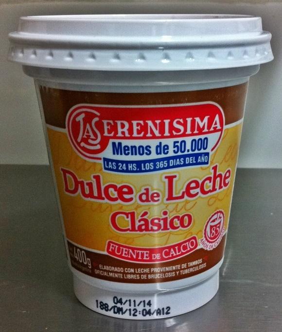 Pote de plástico de doce de leite com a marca La Serenisima no alto e a inscrição Dulce de Leche Clasico no meio Blog Vem Por Aqui