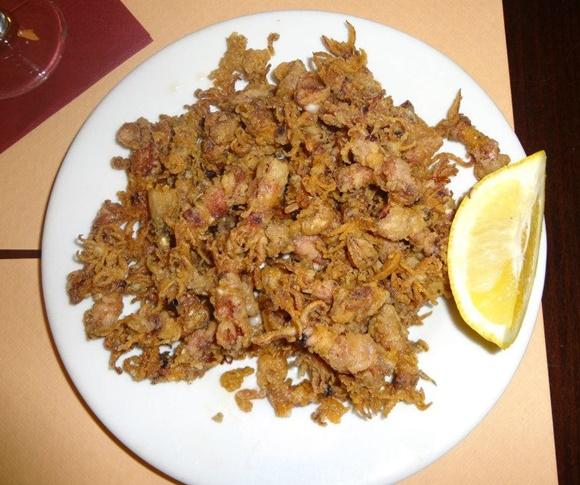 Prato com chipirones e limão cortado Blog Vem Por Aqui