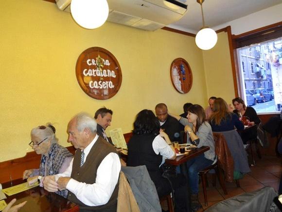 Cliente nas mesas laterais do La Bombeta Blog Vem Por Aqui