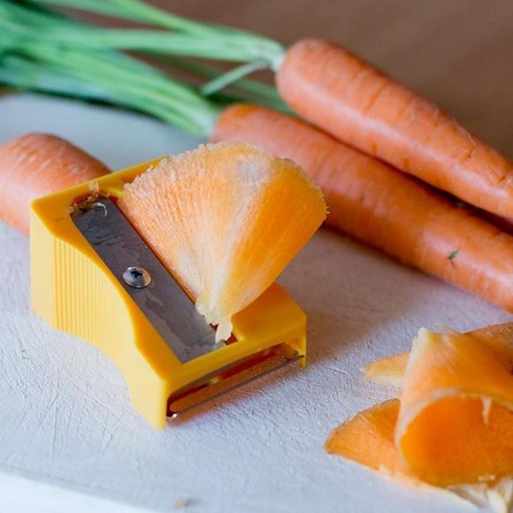 Apontador grande, laranja com cenora dentro e pedaço de cenoura saindo Blog Vem Por Aqui