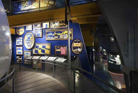 Ala do museu com quadros com camisas históricas Blog Vem Por Aqui