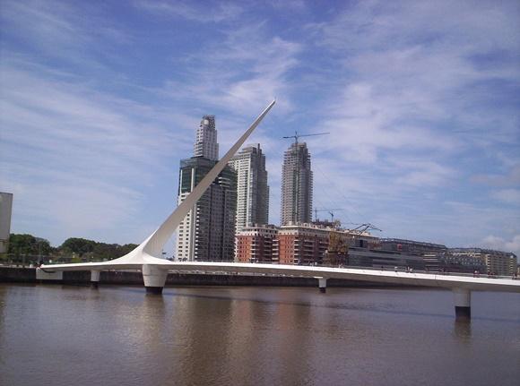 Ponte com haste branca levantada e prédio ao fundo Vem Por Aqui