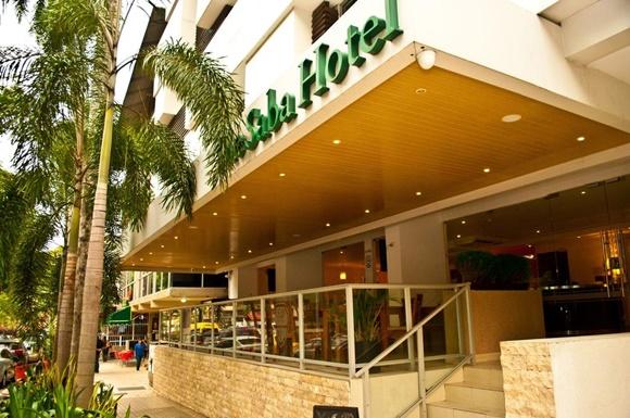 Fachada do The Saba com letreiro em verde e escada Blog Vem Por Aqui