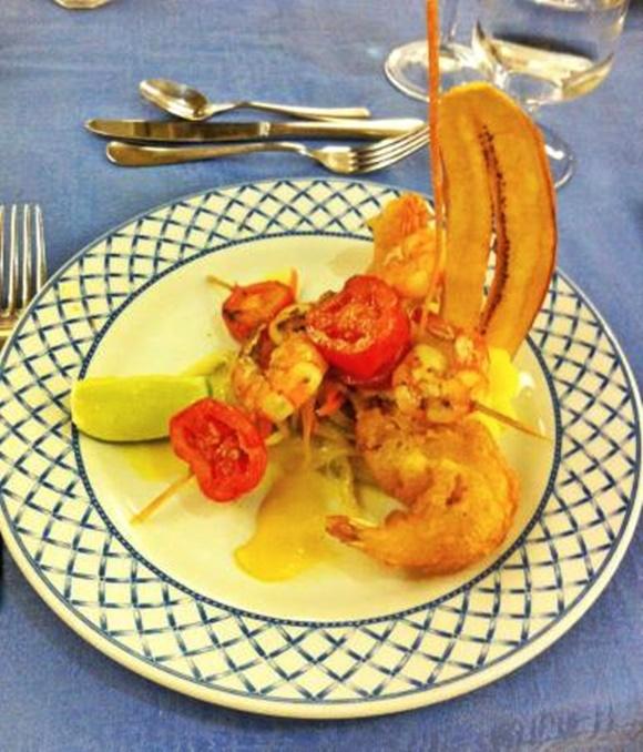 Prato com espetinho de tomate com camarão, camarão empanado e banana frita Blog Vem Por Aqui