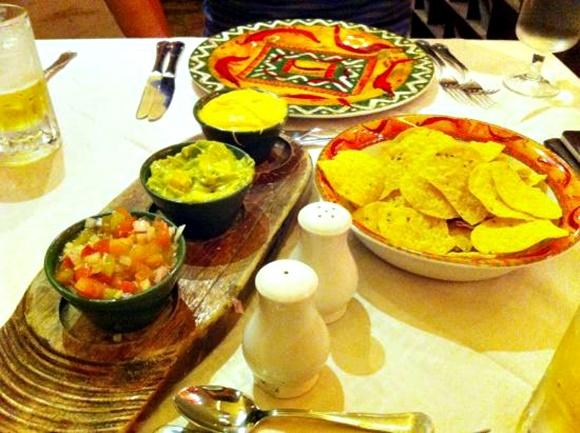 Potes com três tipos de pastas e bowl com nachos Blog Vem Por Aqui