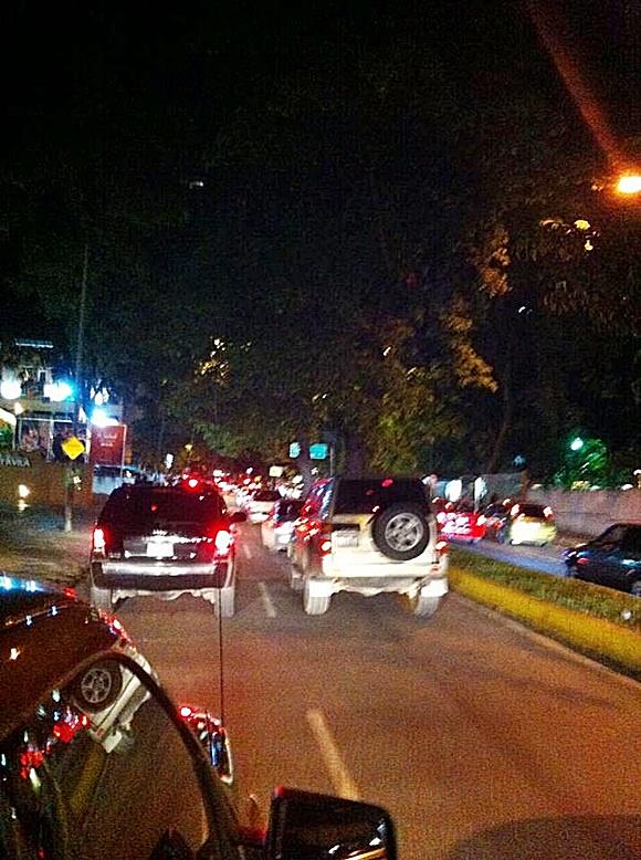 Carros em fila no engarrafamento na rua Blog Vem Por Aqui