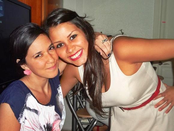 Nananda e Nath, amigas venezuelanas de Erika, abraçadas e sorrindo Blog Vem Por Aqui