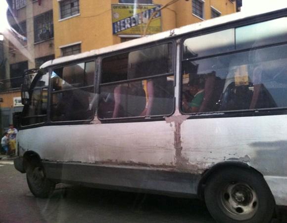 Ônibus velho com lataria remendada Blog Vem Por Aqui