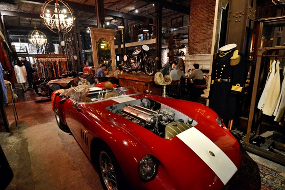Carro antigo no meio do salão do bar Blog Vem Por Aqui