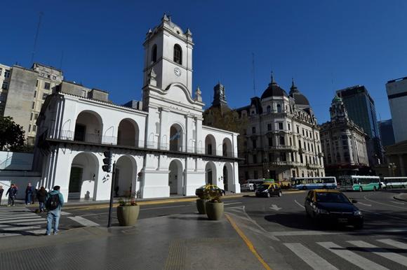Prédio branco do Cabildo no meio da praça Blog Vem Por Aqui