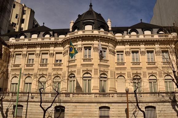 Prédio da embaixada do Brasil com bandeira no meio Blog Vem Por Aqui