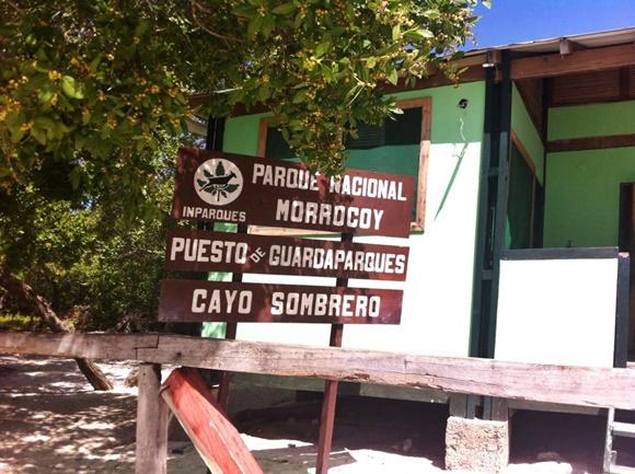 Placa de madeira na entrada de Cayo Sombreo Blog Vem Por Aqui