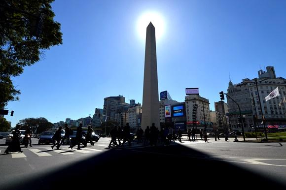 Sol se pondo atrás do Obelisco em Buenos Aires e avenidas passando em volta do monumento Blog Vem Por Aqui