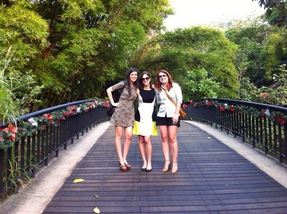 Nananda, Diana e Érika numa ponte no parque com árvores em volta Blog Vem Por Aqui