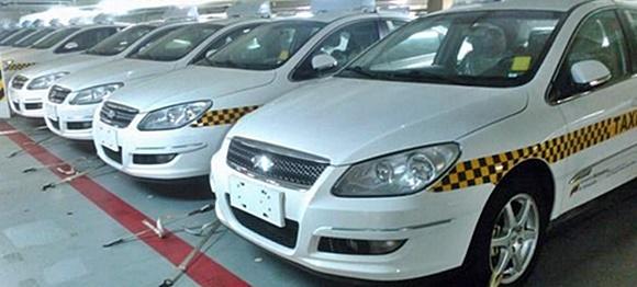 Táxis pintados de branco com linha amarela com quadrados pretos, um ao lado do outro Blog Vem Por Aqui