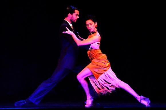Casal em pose de tango no palco Blog Vem Por Aqui