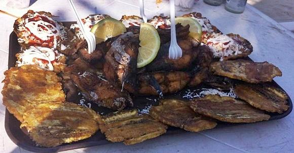 Bandeja com banana, peixe e garfos espetados Blog Vem Por Aqui